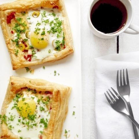 Слойки с яйцом, ветчиной и сыром (быстрый, вкусный и сытный завтрак)